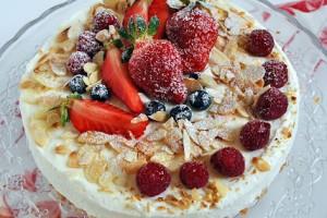Torta alla crema di ricotta e frutti rossi