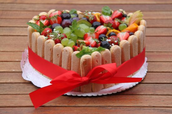 torta-frutta-fresca-savoiardi-con-fiocco-rosso