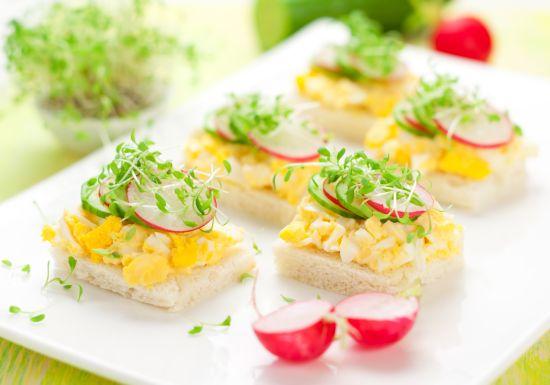 tartine-pane-tostato-e-uova-strapazzate