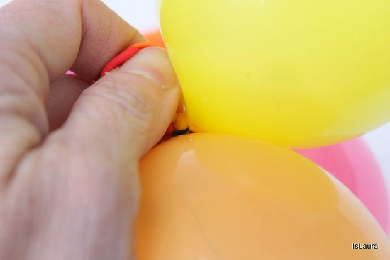 Realizzare un cerchietto con palloncini colorati
