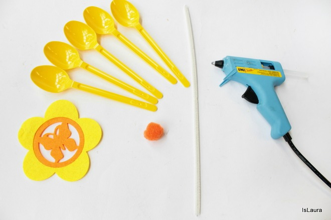 Come-realizzare-un-centrotavola-per-le-feste-con-cucchiai-di-plastica