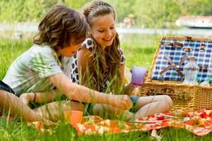 Merenda di compleanno al parco con picnic