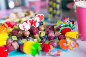 Spiedini di compleanno con frutta, cioccolata e caramelle