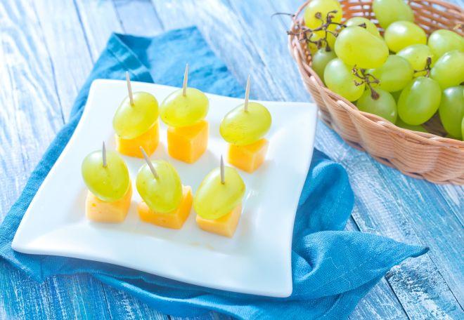 stuzzichini-compleanno-bambini-senza-cottura-dadini-canape-di-formaggio-frutta
