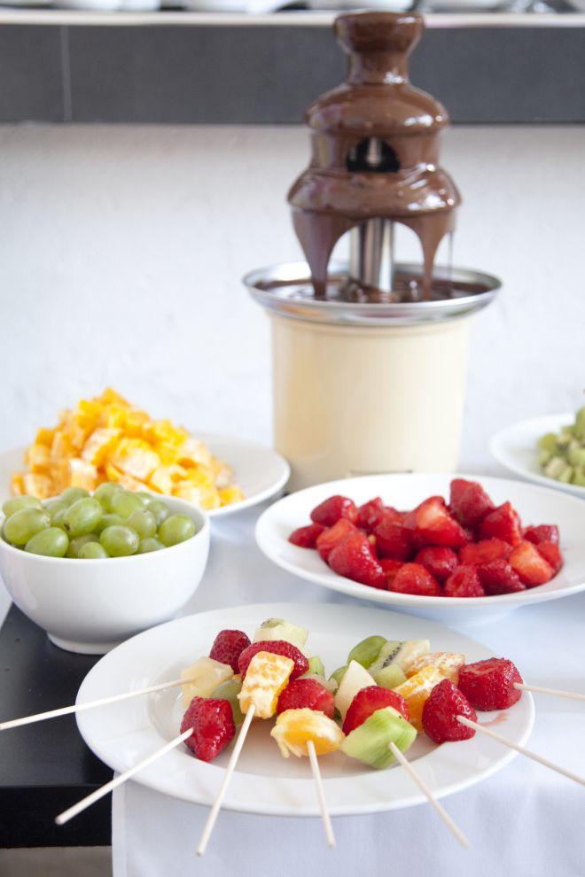 spiedini-di-frutta-dolci-per-compleanno-fontana-di-cioccolato