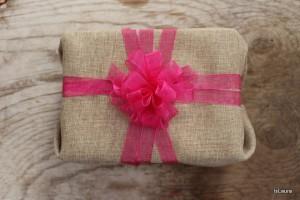 Come fare un fiocco pompon per decorare un pacco regalo
