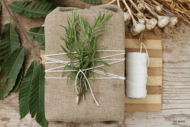 Come confezionare un pacco regalo con rametti di rosmarino e salvia, foglie vere, o altri tipi di piante prese in giardino