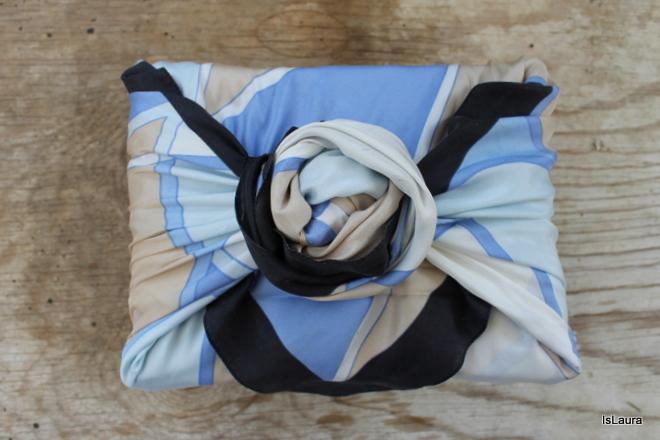 regalo-con-foulard-e-chiusura-a-furoschiki