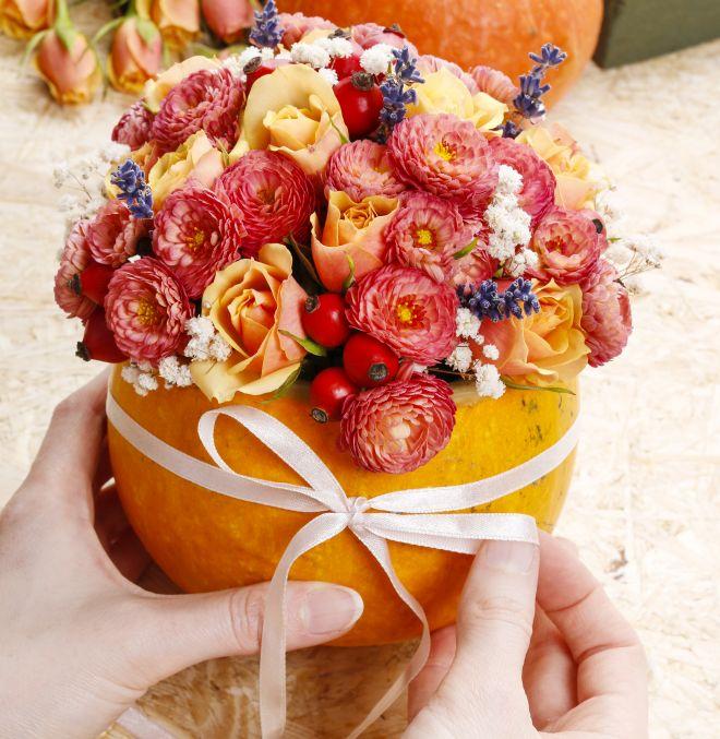 tutorial-decorare-casa-halloween-con-zucca-fiori-centrotavola