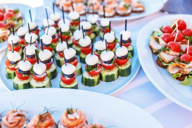 Rondelle di cetrioli sormontate da pomodorini, caprino, olive e una ...